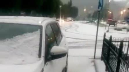 Strade coperte dal ghiaccio dopo l'impressionante grandinata a Calizzano