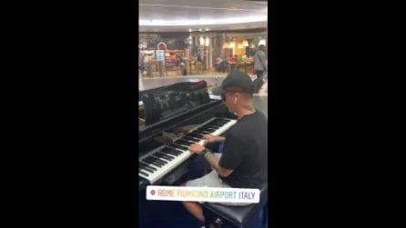 Ultimo suona al pianoforte dell'aeroporto di Fiumicino