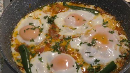 Uova con patate e pomodori: un piatto completo da preparare in padella