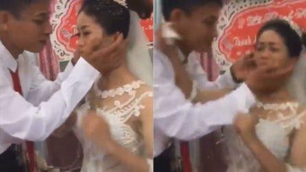 Lo sposo si avvicina per baciarla ma qualcosa va storto: il matrimonio inizia nel peggiore dei modi
