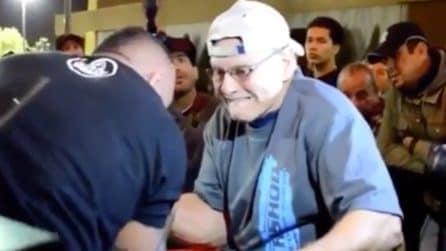 Il vecchietto sfida il culturista a braccio di ferro: l'esito è sorprendente