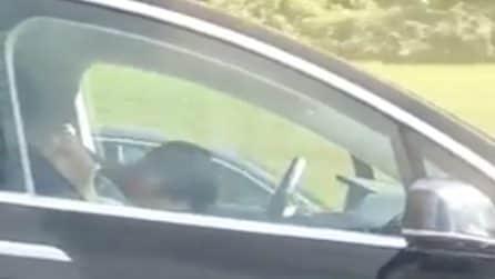 Dormono mentre l'auto sfreccia in autostrada: le immagini della Tesla che fanno il giro del mondo