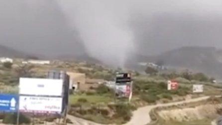 La gigantesca tromba d'aria si avvicina alla città: venti oltre 100 km/h