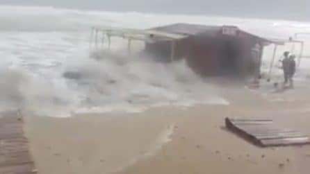 Lo tsunami si abbatte sulla casetta: le persone scappano cercando riparo