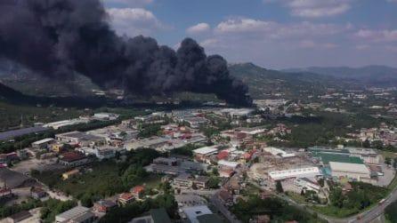 Avellino, incendio in una fabbrica in zona Pianodardine: il video del rogo dal drone
