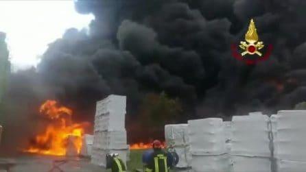 Incendio in una fabbrica di Avellino, il video dei vigili del fuoco