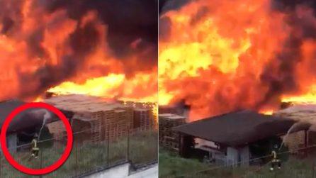 Avellino, il vigile del fuoco prova a spegnere l'enorme incendio