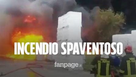 Maxi incendio ad Avellino, enorme nube nera: persone evacuate, dichiarato lo stato di emergenza