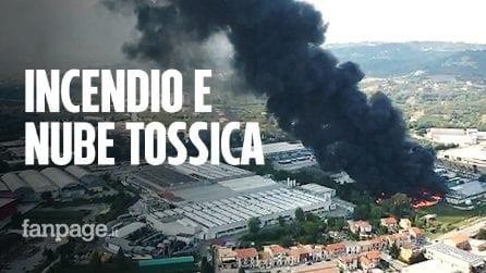 Incendio Avellino, le fiamme distruggono fabbrica: il video dal drone delle fiamme altissime