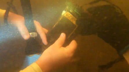 Trova un iPhone in fondo al fiume, caduto 15 mesi prima: lo riaccende e succede una cosa incredibile