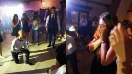 Vengono interrotti durante il ballo del matrimonio: una sorpresa inaspettata