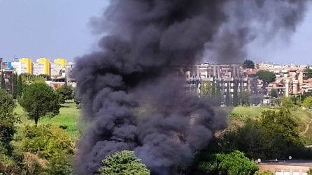 Roma, incendio a Primavalle: fiamme e un'alta colonna di fumo in via Cardianal Capranica