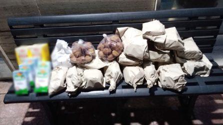 Ogni sera lascia sulla panchina cibo per i bisognosi: la missione del fornaio dal cuore d'oro