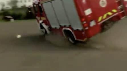 Vigili del fuoco corrono per spegnere l'incendio: il camion però si ribalta