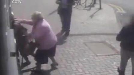 Pensionata 81enne lotta con la sua rapinatrice al bancomat