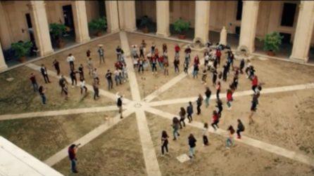 Roma, oltre 100 ragazzi di 4 diversi licei romani cantano i Queen: la performance da brividi