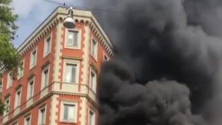 Incendio a Prati: fiamme e fumo nero lambiscono un liceo
