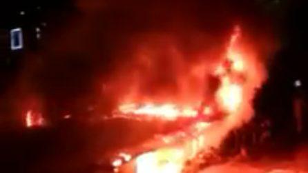 Incendio al Quadraro: brucia un chiosco di fiori al mercato rionale di piazza dei Tribuni