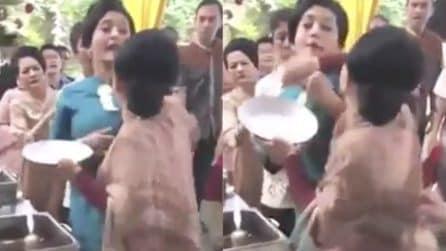 Guerra al matrimonio, scatta la rissa davanti al buffet: due donne litigano per il cibo