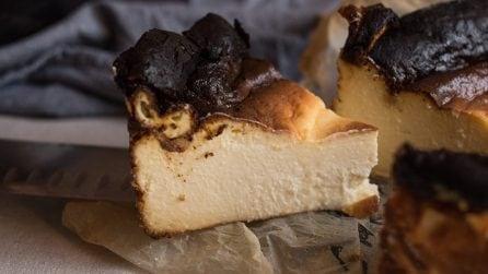 """Cheesecake """"bruciata"""": la ricetta del dolce spagnolo che sta facendo impazzire il web!"""