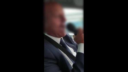 Napoli, becchino canta e ride mentre porta la bara in auto
