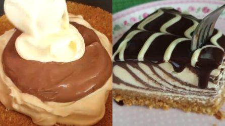 Cheesecake zebrata con base di biscotti e noci: una vera delizia