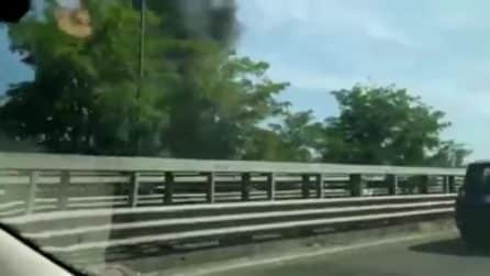 Incendio al campo rom di Scampia: nube nera su Napoli