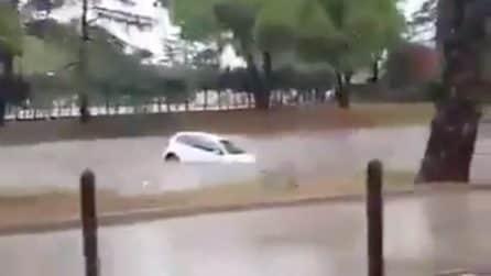 Francia, la tempesta allaga la città: un'auto galleggia nel fiume di fango