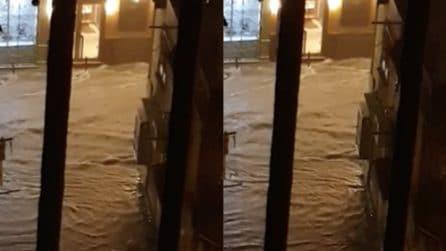 Temporale Napoli, strade allagate: fiume di acqua e fango
