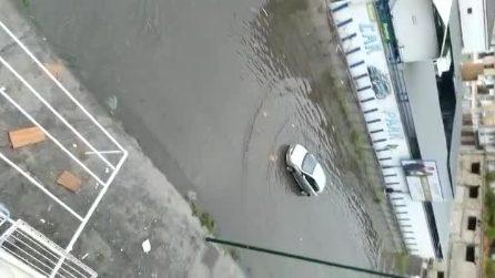 Maltempo a Napoli, strade allagate a Poggioreale