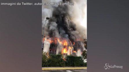 Lione, le immagini dell'incendio devastante in un'azienda