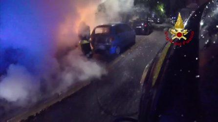 Incendio all'alba a Milano, nove auto in fiamme: l'intervento dei vigili del fuoco in soggettiva