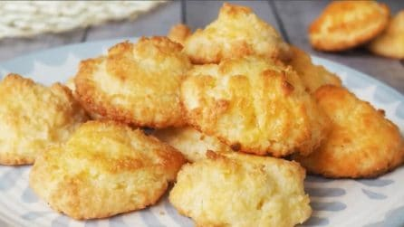 Biscotti al cocco con tre ingredienti: il dessert veloce e goloso