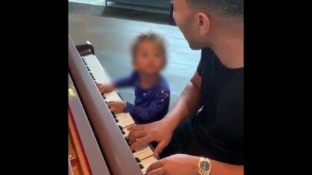 John Legend suona con il figlio di un anno: duetto adorabile al pianoforte