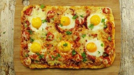Pizza con uova ad occhio di bue: l'idea originale e saporita per un pasto completo in pochi minuti!