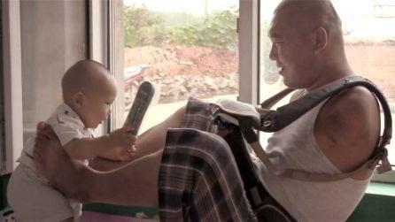 Il papà senza braccia che cresce il figlio con la forza dell'amore
