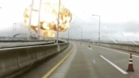 La petroliera esplode all'improvviso, mentre le auto passano sul ponte