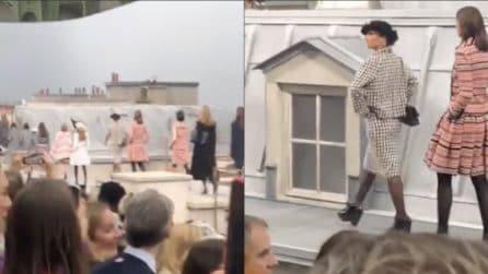 Sale in passerella tra le modelle durante la sfilata: l'imprevisto durante lo show