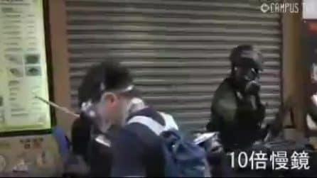 Hong Kong, la polizia spara: grave un attivista colpito al torace