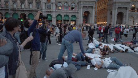 Milano, flash mob in piazza Duomo: cento corpi distesi per chiedere aria pulita