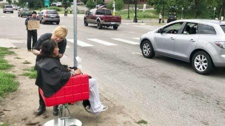 Gira la città e taglia gratis i capelli ai senzatetto: il potere di un piccolo atto d'amore