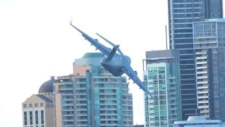 Aerei volano tra gli edifici cittadini: l'esibizione è da brividi