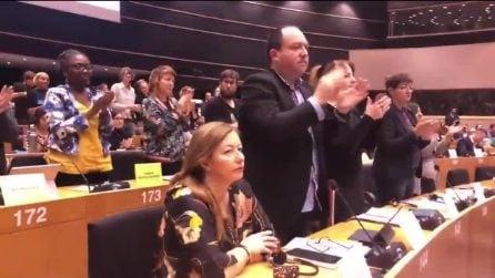 Entra Carola Rackete standing ovation del Parlamento europeo Corriere TV (1)