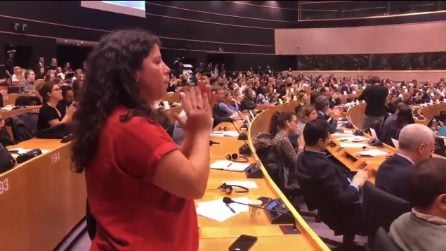 Carola Rackete, standing ovation all'ingresso al Parlamento Europeo