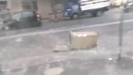 Bomba d'acqua a Napoli: strade allagate si trasformano in fiumi