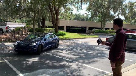 Come KITT: l'auto chiamata dal proprietario, esce dal parcheggio senza conducente