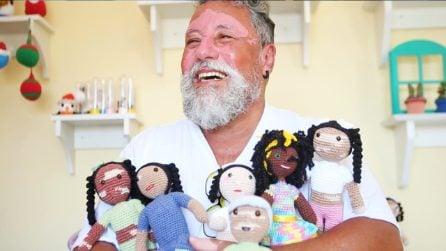 Il grande cuore di un nonno: crea bambole con la vitiligine contro ogni forma di pregiudizio