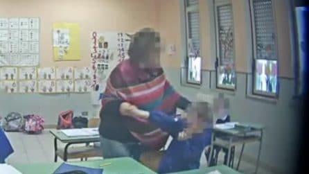 """""""Siete solo dei maiali"""": la maestra ripresa dalle telecamere mentre picchia gli alunni in aula"""