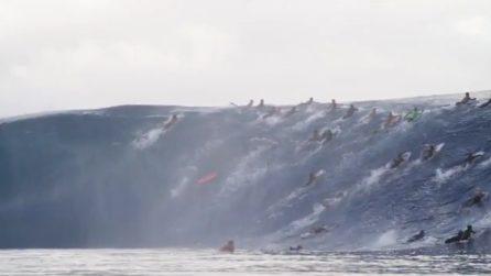 Onda gigantesca arriva improvvisamente, in acqua ci sono decine di persone