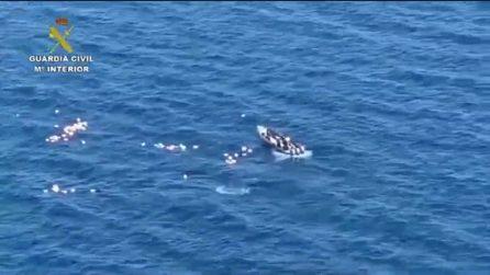 Inseguimento in mare, i trafficanti salvano gli agenti in mare